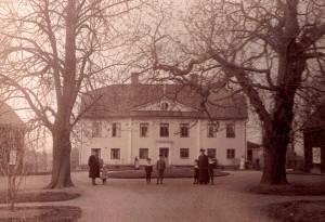 Kyrkoherde Krantz med hustrun Anna, född Stenhammar, utanför prästgården med några av barnen.