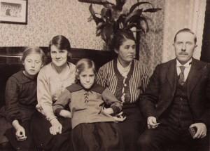 Familjen Claesson Från vänster Anna-Lisa, Stella, Britta, Gerda, August