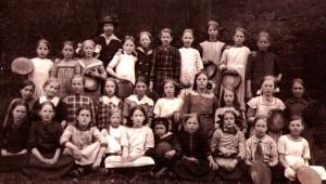 Fru Nords 3:e klass 1915. Stella första raden trea från höger