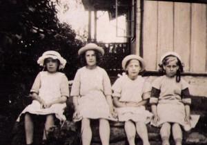 1917 besökte man släktingarna i Gällstad. Stella tvåa från vänster