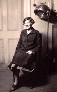 Stella på Semda klädd i svart skyddsrock av satin, vilket var brukligt på arbetsplatser på den tiden.