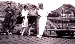 Stella och Gösta med några öbor på Brännö brygga